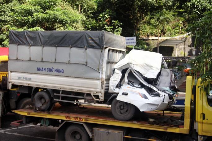 Container tông xe tải lao vào vách núi trên đèo Bảo Lộc - Ảnh 2.
