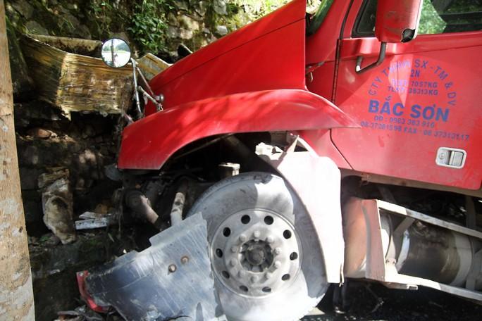 Container tông xe tải lao vào vách núi trên đèo Bảo Lộc - Ảnh 1.