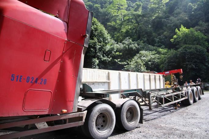 Container tông xe tải lao vào vách núi trên đèo Bảo Lộc - Ảnh 3.