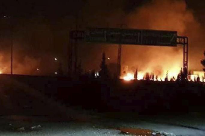 Mỹ vừa rút khỏi thỏa thuận hạt nhân Iran, Syria bị tấn công tên lửa - Ảnh 1.
