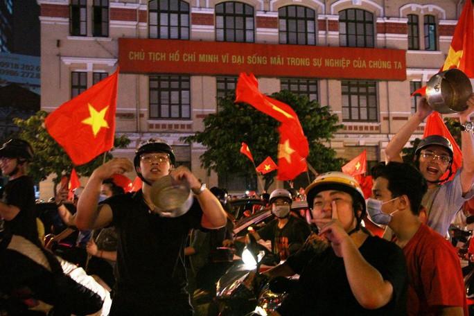 Cả Sài Gòn rực đỏ mừng U23 Việt Nam và HLV Park Hang Seo - Ảnh 11.