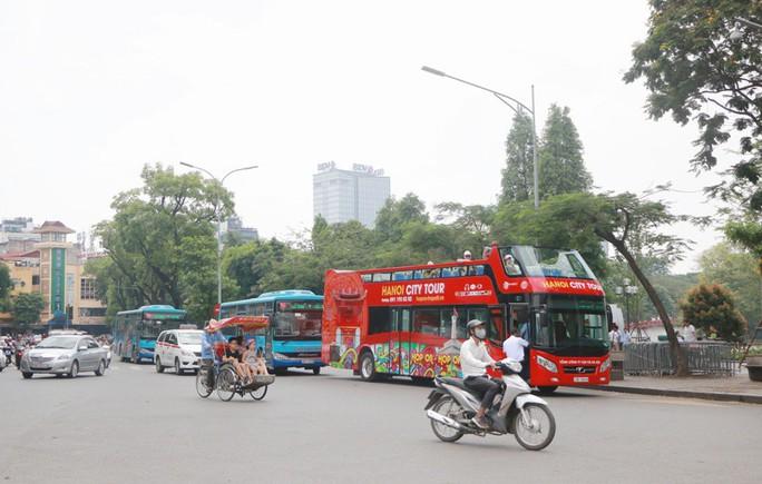 Xe buýt 2 tầng vắng khách, Tổng Công ty Vận tải Hà Nội nói gì? - Ảnh 1.