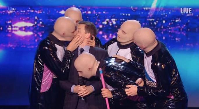 Nam MC bị cưỡng hôn thô bạo trên sân khấu - Ảnh 2.