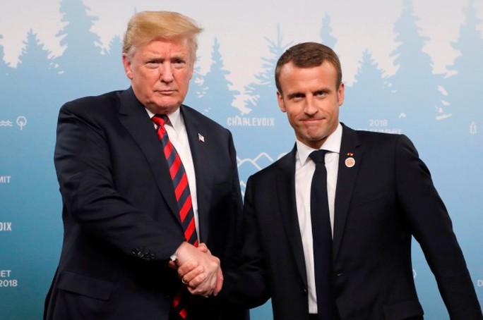 Ông Trump biến sắc sau cái bắt tay lạ lùng của bạn thân - Ảnh 1.