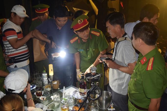 Đột kích quán bar, phát hiện nhiều ma túy và nhân viên ăn mặc phản cảm - Ảnh 4.