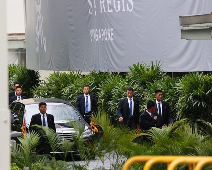 Ông Kim Jong-un tới Singapore, được vệ sĩ chạy bộ đưa về khách sạn - Ảnh 9.