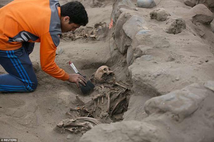 Bi thảm 56 hài cốt trẻ em trong nghĩa trang hiến tế - Ảnh 4.