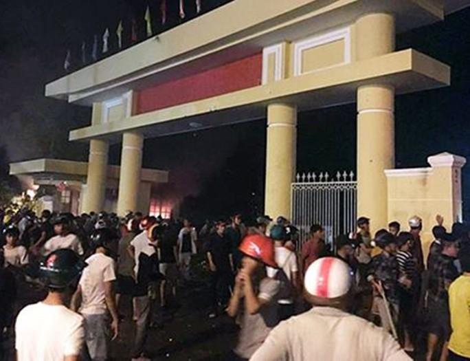 Bình Thuận: Thông tin vụ nhiều người quá khích đập phá cơ quan Nhà nước - Ảnh 1.