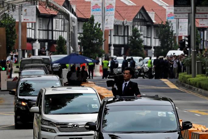Bị quan chức Triều Tiên đòi xét điện thoại vì nghi chụp hình ông Kim - Ảnh 1.