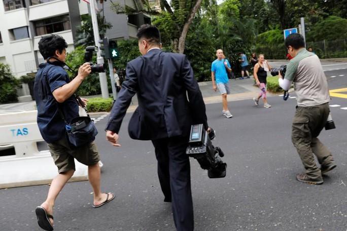 Bị quan chức Triều Tiên đòi xét điện thoại vì nghi chụp hình ông Kim - Ảnh 2.