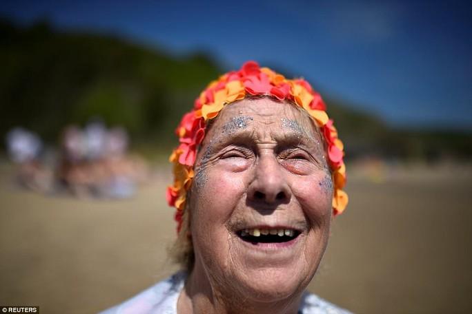Hơn 2.500 phụ nữ tắm biển khỏa thân lập kỷ lục Guinness - Ảnh 5.