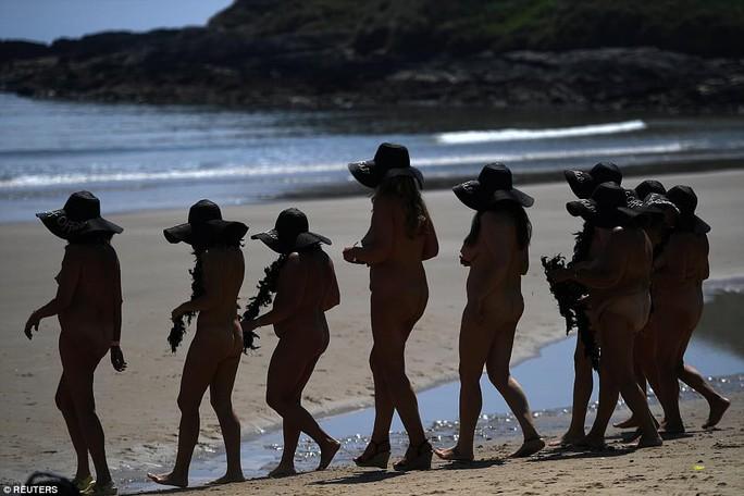 Hơn 2.500 phụ nữ tắm biển khỏa thân lập kỷ lục Guinness - Ảnh 6.