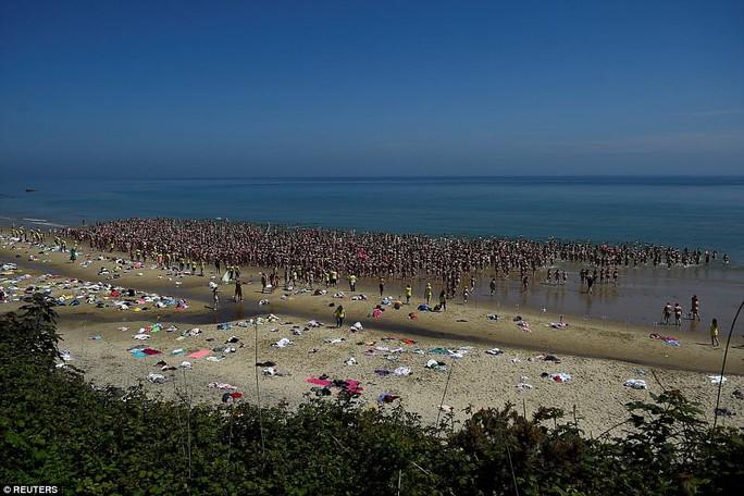 Hơn 2.500 phụ nữ tắm biển khỏa thân lập kỷ lục Guinness - Ảnh 2.