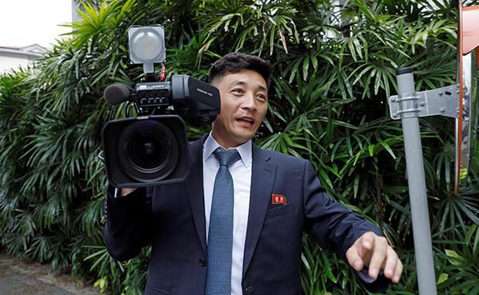 Bị quan chức Triều Tiên đòi xét điện thoại vì nghi chụp hình ông Kim - Ảnh 3.