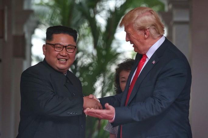 Thượng đỉnh Mỹ - Triều: Đằng sau cái bắt tay 12 giây của ông Trump - Kim - Ảnh 11.