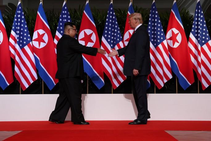 Thượng đỉnh Mỹ - Triều: Đằng sau cái bắt tay 12 giây của ông Trump - Kim - Ảnh 3.