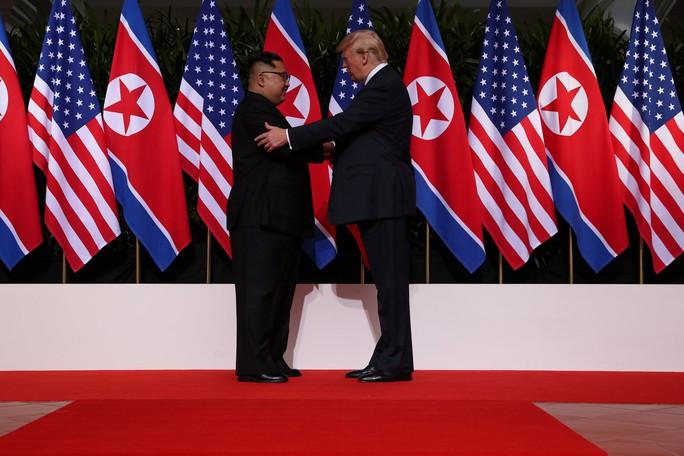 Thượng đỉnh Mỹ - Triều: Đằng sau cái bắt tay 12 giây của ông Trump - Kim - Ảnh 5.