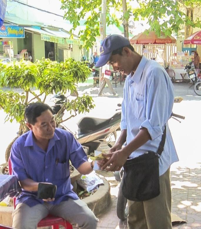 Người đàn ông nghèo bán vé số dạo chính thức trở thành công chức - Ảnh 2.