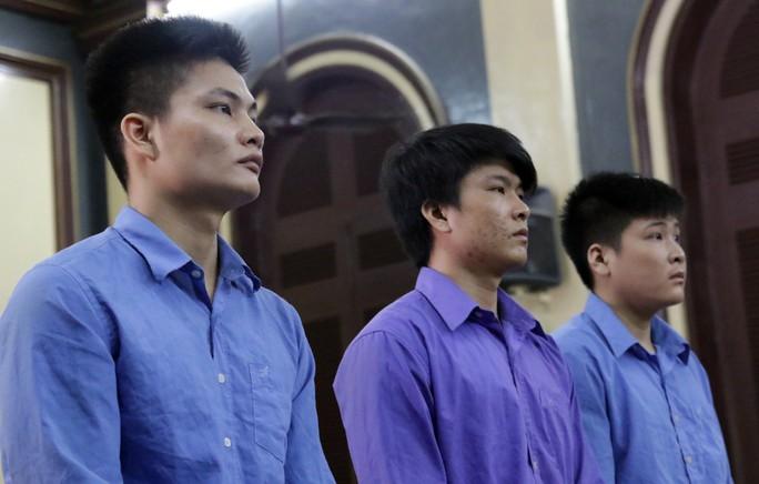 Đòi chở bạn gái của người khác, 3 anh em cùng ngồi tù - Ảnh 1.
