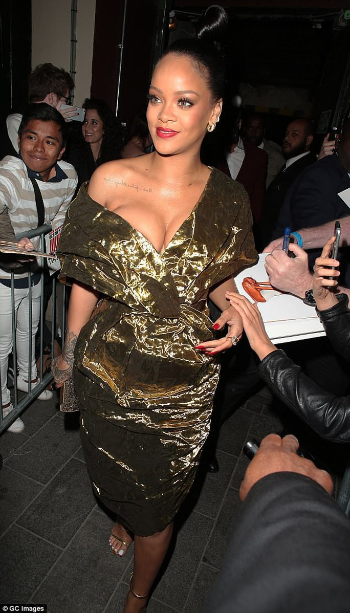 Khoe ngực quá đà, Rihanna lúng túng trên thảm đỏ - Ảnh 1.