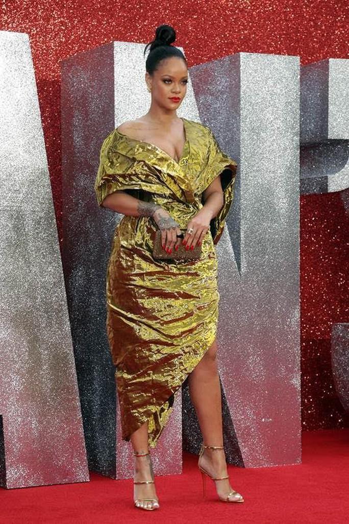 Khoe ngực quá đà, Rihanna lúng túng trên thảm đỏ - Ảnh 2.