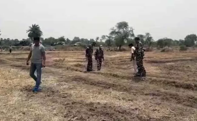 Ấn Độ: 20 người trói chồng vào cây, cưỡng hiếp vợ và con gái - Ảnh 1.
