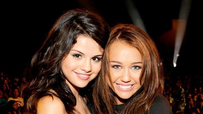 Nhiều sao bảo vệ Selena Gomez trước lời chê xấu xí - Ảnh 2.