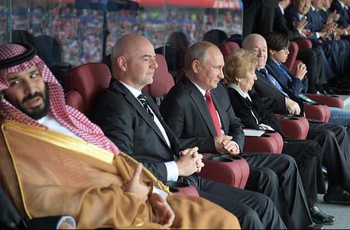 HLV tuyển Nga nhận quà bất ngờ từ tổng thống Putin giữa buổi họp báo - Ảnh 1.
