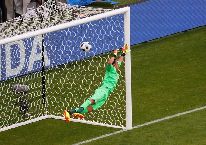 Clip: Tuyệt phẩm của Kolarov giúp Serbia thắng trận - Ảnh 2.