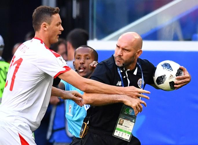 Clip: Tuyệt phẩm của Kolarov giúp Serbia thắng trận - Ảnh 5.