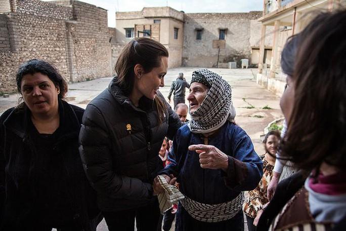 Bất chấp cuộc chiến với Brad Pitt, Angelina Jolie thẳng tiến Iraq - Ảnh 4.
