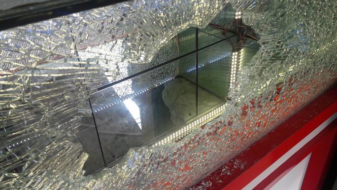 Nam thanh niên dùng búa xông vào tiệm vàng cướp hàng chục sợi vàng - Ảnh 2.