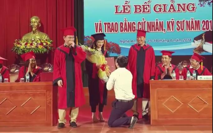 Phó Bí thư đoàn Trường ĐH quỳ cầu hôn nữ sinh viên tại lễ tốt nghiệp - Ảnh 1.