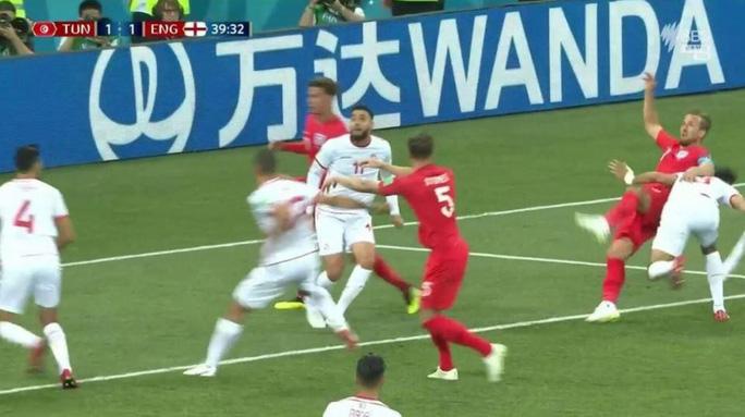 """Trọng tài trận Anh-Tunisia bị """"ném đá"""" vì không dùng VAR - Ảnh 1."""