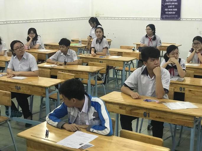 Ngày đầu thi lớp 10 tại TP HCM: Căng thẳng trước giờ thi - Ảnh 16.