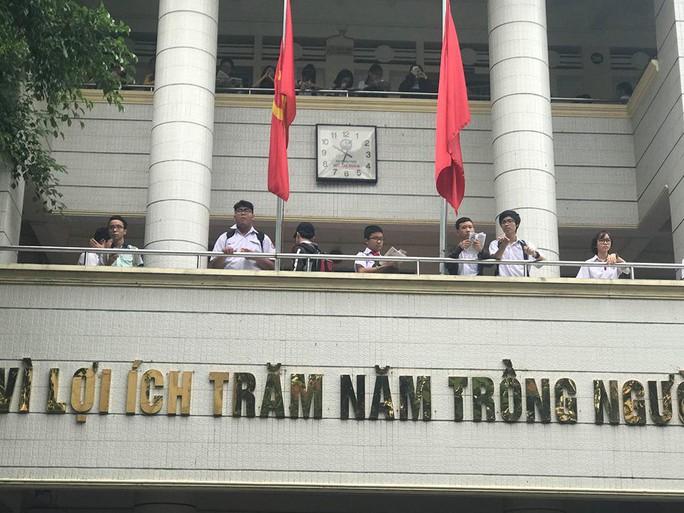 Ngày đầu thi lớp 10 tại TP HCM: Căng thẳng trước giờ thi - Ảnh 1.