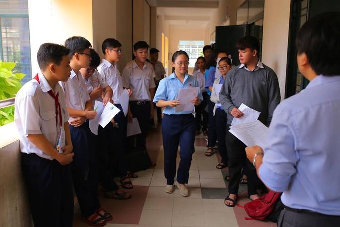 Ngày đầu thi lớp 10 tại TP HCM: Căng thẳng trước giờ thi - Ảnh 10.