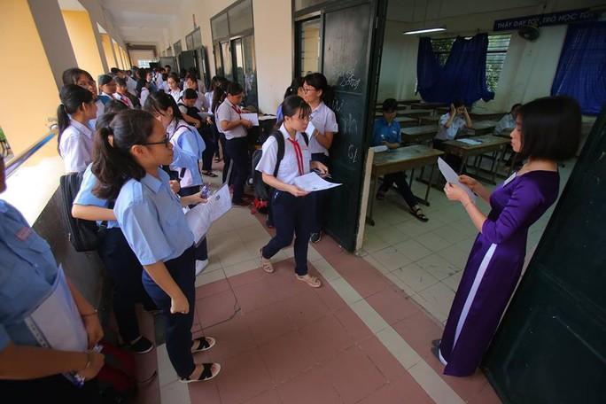 Ngày đầu thi lớp 10 tại TP HCM: Căng thẳng trước giờ thi - Ảnh 12.