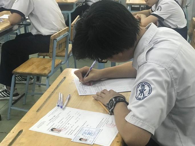 Ngày đầu thi lớp 10 tại TP HCM: Căng thẳng trước giờ thi - Ảnh 17.
