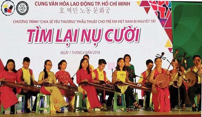 Văn nghệ gây quỹ giúp đỡ trẻ khuyết tật - Ảnh 1.