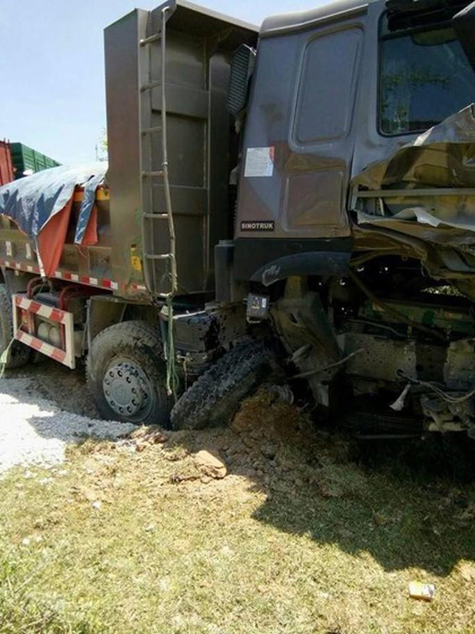 Lại xảy ra tai nạn đường sắt nghiêm trọng, tàu hỏa tông xe ben chở đá - Ảnh 4.