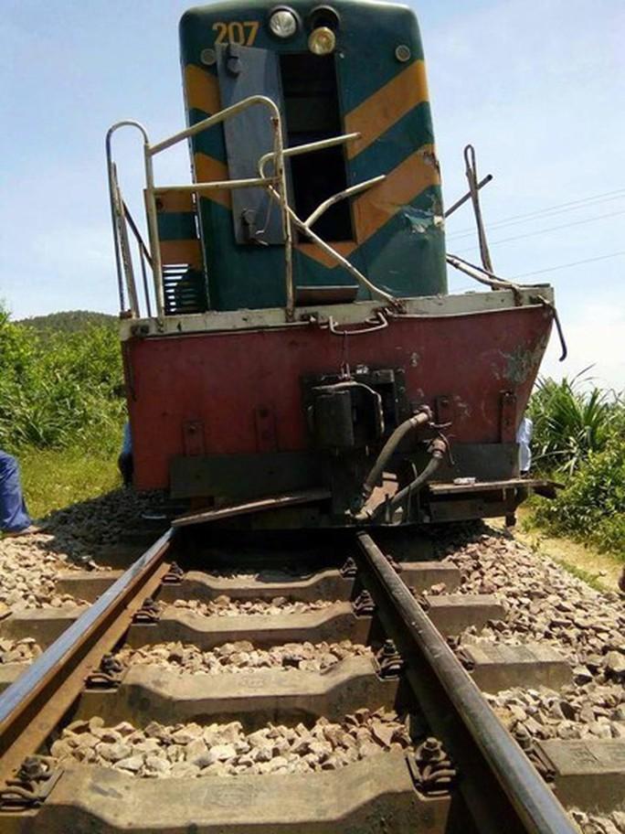 Lại xảy ra tai nạn đường sắt nghiêm trọng, tàu hỏa tông xe ben chở đá - Ảnh 2.