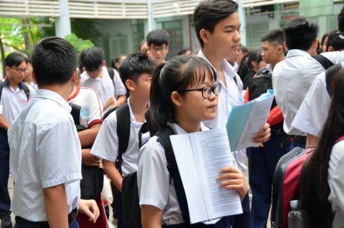 Ngày đầu thi lớp 10 tại TP HCM: Căng thẳng trước giờ thi - Ảnh 22.