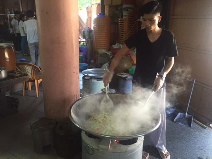 Cần Thơ: Nấu cơm và đưa rước thí sinh nghèo thi THPT quốc gia - Ảnh 1.