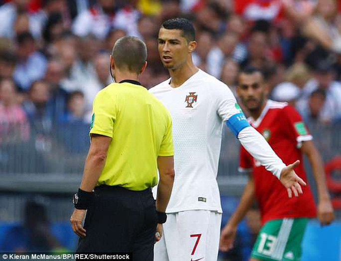 Xin áo Ronaldo, trọng tài bị cầu thủ Morocco chỉ trích - Ảnh 1.