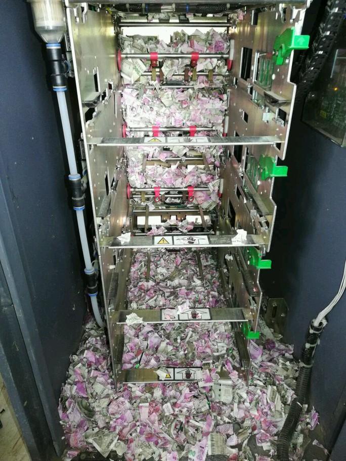 Chuột chui vào máy ATM, cắn nát cả đống tiền - Ảnh 2.