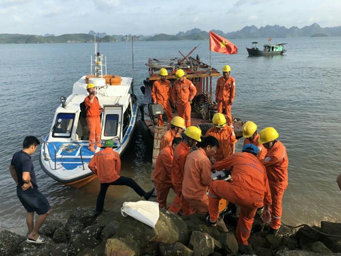 Sự cố cáp ngầm do sét đánh, hơn 4.400 hộ dân trên đảo Cô Tô mất điện - Ảnh 1.
