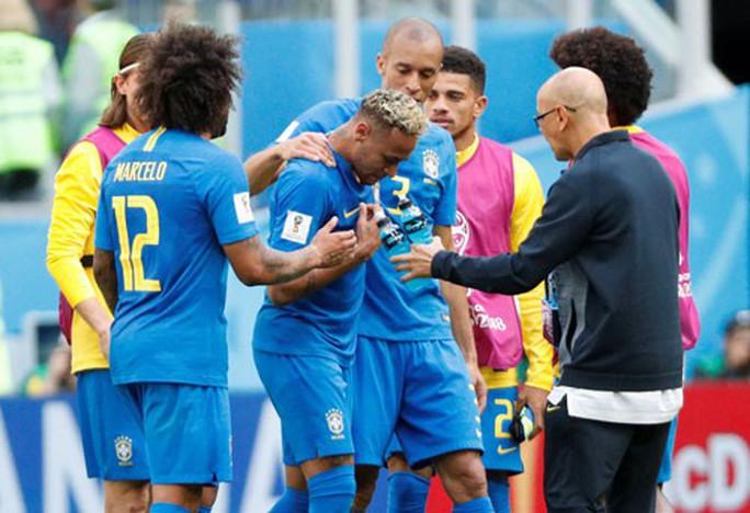 Brazil thắng phút bù giờ, Neymar bật khóc - Ảnh 1.