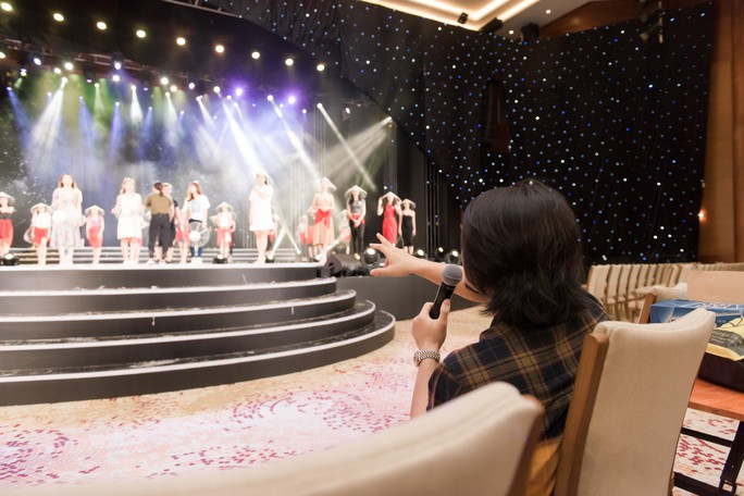Sân khấu chung khảo phía Nam Hoa hậu Việt Nam 2018 là rừng hoa - Ảnh 2.