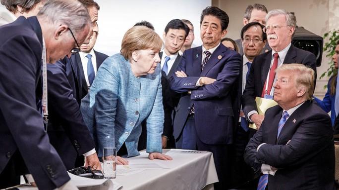 Khi ông Trump thảy kẹo cho bà Merkel - Ảnh 1.